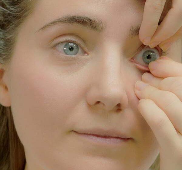 Cách tháo kính áp tròng